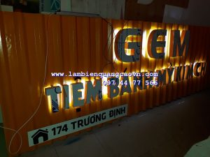 biển quảng cáo tiệm bánh mỳ gem tôn sóng chữ nổi Mica gắn Led