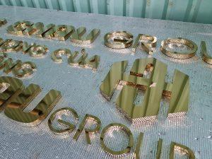 logo chữ nổi Inox gương vàng bóng đẹp, tạo ấn tượng mạnh mẽ đem lại sự sang trọng hiện đại