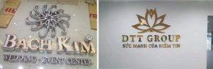 logo chữ nổi vàng gương - logo chữ nổi mặt Mica lọng viền chân Inox
