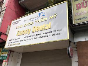 mẫu biển quảng cáo chữ nổi Alu gương vàng