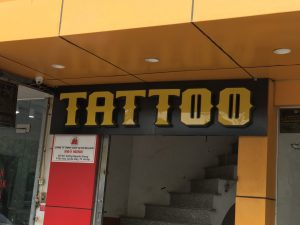 chữ nổi Mica với phông chữ đẹp mắt cho cửa tiệm Tattoo