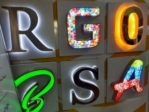 chữ inox được kết hợp ánh sáng led cho nhiều hiệu ứng khác nhau, khiên chúng trở lên đa dạng