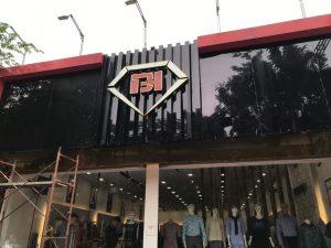 biển quảng cáo chữ nổi Alu tại cửa hàng thời trang