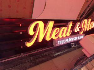 biển quảng cáo nan tôn chữ nổi Mica gắn Led